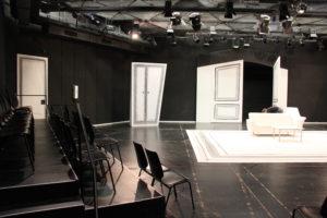 Im selben Raum. Natürlich muss das Theater seine Stärken ausspielen: die echte Begegnung, die direkte Kommunikation von Künstlern und Zuschauern. (Foto: Michael Sommer)